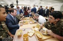 Զինվորների սնունդը շատ բարձր որակի է. հարցնում եմ՝ «էսպե՞ս է, թե՞ իմ գալու առիթով է», հլը որ ասում են՝ միշտ է այսպես. Նիկոլ Փաշինյան (Տեսանյութ)