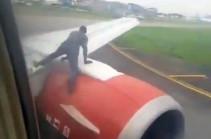 Տղամարդը թռիչքից առաջ բարձրացել է ինքնաթիռի թևի վրա և հայտնվել տեսանյութում
