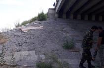 Անորակ և արդեն ճաքած կամրջի հենք, փշրվող բետոն և անհետացած սալիկներ. Հյուսիս-Հարավ մայրուղու նորակառույց կամուրջը քանդվում է (Լուսանկարներ, տեսանյութ)