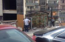Բաղրամյան փողոցի բակում` երեխաների խաղալու վայրում, ավտոտնակ են կառուցում. բնակիչներն ահազանգում են. Լուսանկարներ