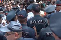Քաղաքացիները փակեցին Բաղրամյան պողոտան. Անի Խաչատրյանը բերման ենթարկվեց