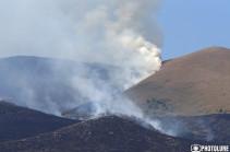 Работы по тушению пожара у подножья горы Ара продолжаются