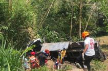 На Филиппинах грузовик с пассажирами упал в овраг. Видео