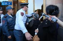 Կառավարության մուտքի դուռը զոհված զինվորների ծնողները փակել են, լրագրողները չեն կարողանում ներս մտնել
