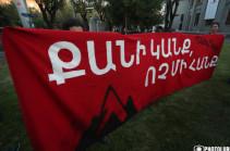 «Քանի կանք, ոչ մի հանք». Կարմիր դրոշով երթ է մեկնարկել Երևանում՝ ի պաշտպանություն Ամուլսարի (Լուսանկարներ)
