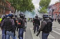 """В Париже полиция применила слезоточивый газ для разгона """"желтых жилетов"""""""