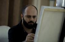 Գաղափարն ինձ դուր եկավ ու որոշեցի Հայաստանում իրագործել. գեղանկարիչ Կարեն Արայանը միջոցառումների ժամանակ կտավին է հանձնում օրվա խորհուրդը