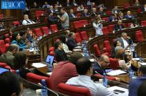 ԱԺ-ում ընթանում է Հրայր Թովմասյանի լիազորությունները դադարեցնելու հարցի քվեարկությունը