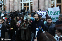 Students gather in front of government building demanding Arayik Harutyunyan's resignation