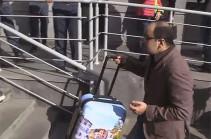 ՀՀԿ-ական երիտասարդները դատարկ ճամպրուկ փոխանցեցին «Զոհրաբ Գնացականյանին»