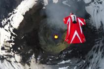 Վինգսյութով էքստրեմալնեն անցել է գարանձավի ջրվեժի միջով 385 կմ/ժ արագությամբ (Տեսանյութ)