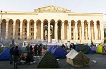 В Тбилиси митингующие расставили палатки у здания парламента