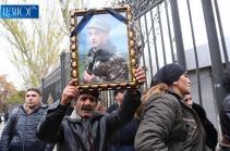 Մահացած զինծառայողի հարազատները դադարեցնում են բողոքի ակցիան. գործի բացահայտումը վստահում են Անդրանիկ Քոչարյանին