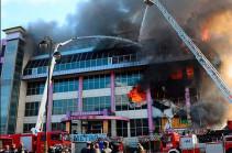 В Баку загорелся крупный торговый центр