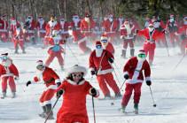 Санта-Клаусы на лыжах: благотворительное мероприятие в США (Видео)