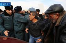 Перед зданием правительства – напряженная ситуация, родственники погибшего солдата требуют встречи с премьер-министром