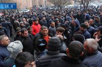 Протестующие перед зданием правительства фермеры перекрыли проспект Тиграна Меца