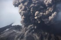 Вулкан Эбеко на Курилах выбросил пепел на 2,8 километра