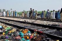 В Пакистане при столкновении поезда с автобусом погибли 20 человек