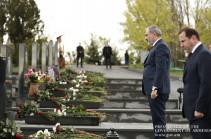 Նիկոլ Փաշինյանը և Դավիթ Տոնոյանը հարգանքի տուրք են մատուցել Ապրիլյան պատերազմի հերոսների հիշատակին