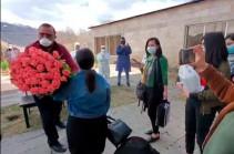 «Կորոնավիրուսից հետո կյանք կա». Աղավնաձորում մեկուսացված ու 14 օր անց տուն վերադարձողներին ճանապարհել են ծաղկեփնջերով ու ծափերով (Տեսանյութ)