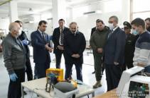 Премьер-министр ознакомился с работами по ремонту аппаратов ИВЛ
