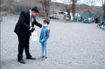 Фонд развития «Родина» подарил смартфоны и компьютеры школьникам Кашатага – первый дистанционный урок провел Артур Ванецян