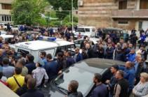 Կապանի ոստիկանության դիմաց լարված իրավիճակ է. ուղիղ. Para.TV