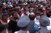 «Рынок не закроется, и все» – торговцы протестуют против закрытия рынка «Меймандар»