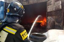 На западе Москвы горит автомобильный склад