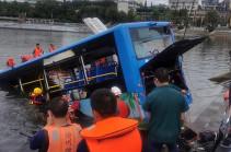 В Китае число жертв падения автобуса в водохранилище достигло 21