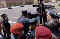 Полицейские продолжают задерживать участников акции протеста перед зданием правительства Армении