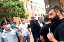 Перед зданием полиции Арташата напряженная ситуация