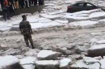 Գյումրիում տեղացած չտեսնված անձրևի ու կարկուտի հետևանքով գոյացած սառույցների մեջ բազմաթիվ մեքենաներ են արգելափակվել. Ռուբեն Մխիթարյան (Տեսանյութ)