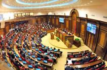 Парламент Армении почтил минутой молчания память погибших военнослужащих