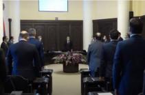Կառավարությունում մեկ րոպե լռությամբ հարգեցին զոհված զինծառայողներրի հիշատակը