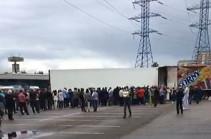 Մոսկվայում հայկական ծիրանի ու սալորի համար հարյուրավոր մարդիկ հերթ են կանգնել. Սամվել Կարապետյանը տարածք է տրամադրել «Բուխտա» առևտրի կենտրոնում (Տեսանյութ)