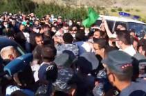 В Амулсаре началось столкновение между полицейскими и гражданами, есть задержанные