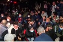 В Амулсаре опять накалилась ситуация, полицейские силой подвергают приводу демонстрантов