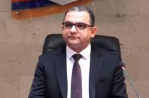 Министр экономики оштрафован за то, что вошел в зал для пресс-конференций без маски