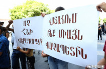 Residents of Yeghegnut community gather in front of Government building, protest against restoration of rights of former community head