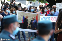 Each day is extremely important: protesters ask for a bus to reach Russia by land