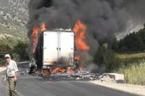 Երևան-Երասխ-Գորիս-Մեղրի-հայ-իրանական սահման միջպետական նշանակության ավտոճանապարհին բեռնատար է այրվում (Lուսանկարներ)