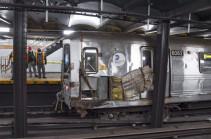 Вагон поезда в метро Нью-Йорка сошел с рельсов