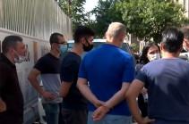 Бывшие активисты сняли джинсы, надели костюмы и стали героями «Скотного двора» – жители улицы Ахпюр Сероб проводят акцию протеста