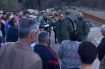 Паники нет, у жителей высокий боевой дух – Давид Тоноян встретился с жителями сел Арцаха