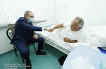 Никол Пашинян навестил в военном госпитале Сасуна Микаеляна