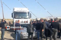 Լարված իրավիճակ՝ Երևան-Գյումրի ճանապարհին. քաղաքացիներն արգելում են թուրքական բեռնատարների շարժը