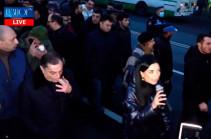 Никол Пашинян уложен на асфальт турком – Арпине Ованнисян