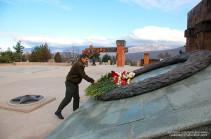 Араик Арутюнян в мемориальном комплексе Степанакерта воздал дань уважения памяти погибших